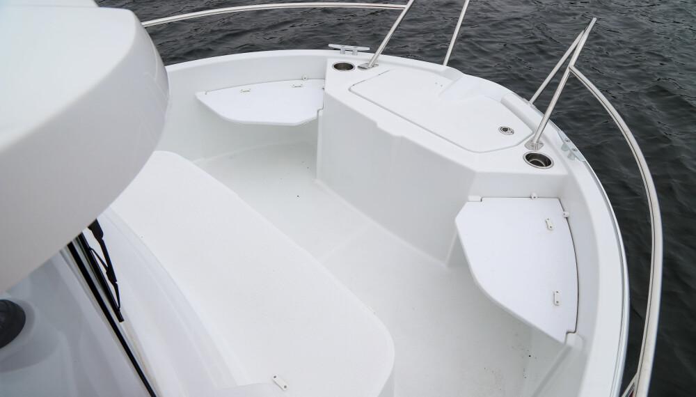 FISKEPLASS: I baugen er det to ekstraseter og en sittebenk i forkant av hytta.