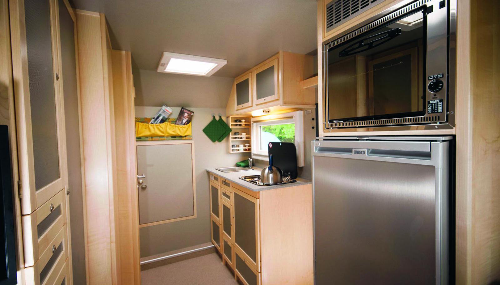 LUKSUS: Kjøkken med arbeidsplate i naturstein, 110-liters kjøleskap, fryseboks, og stekeovn.