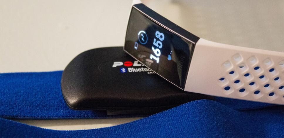 PULSMÅLING: Fitbit Charge 3 fungerer godt som pulsmåler og vi vanlige mosjonister kan trygt legge bort pulsbeltet.