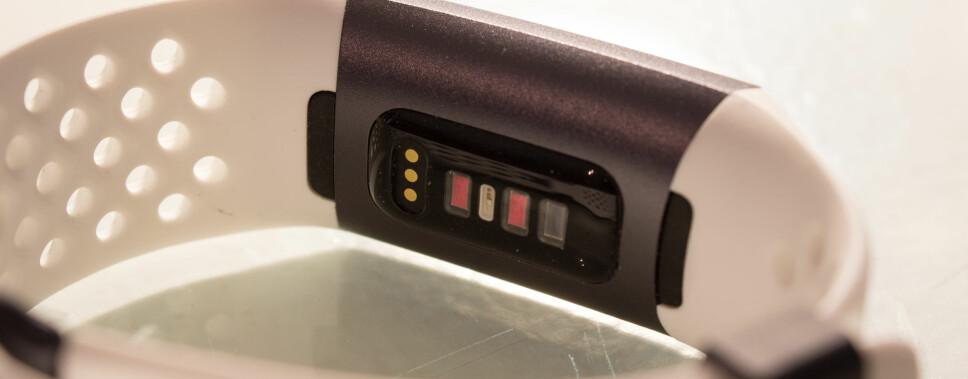 PULSMÅLER: Fitbit Charge 3 har litt større kontaktflate mot vristen, noe som skal bidra til mer nøyaktig pulsmåling