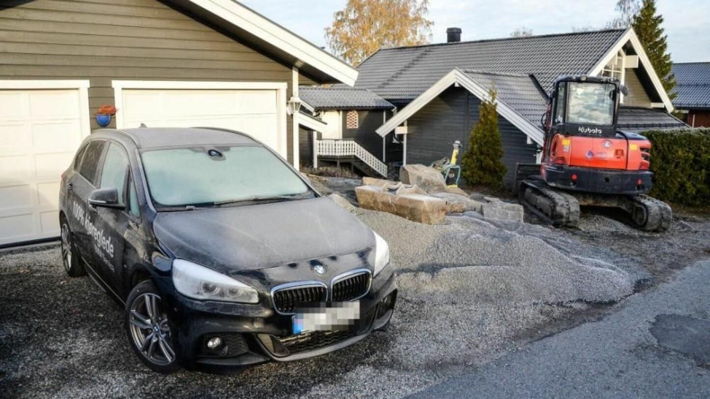 Tyver fikk på en eller annen måte åpnet BMW-en til til Hans Levor Aasmundrud i Vikersund, og stjal rattet.