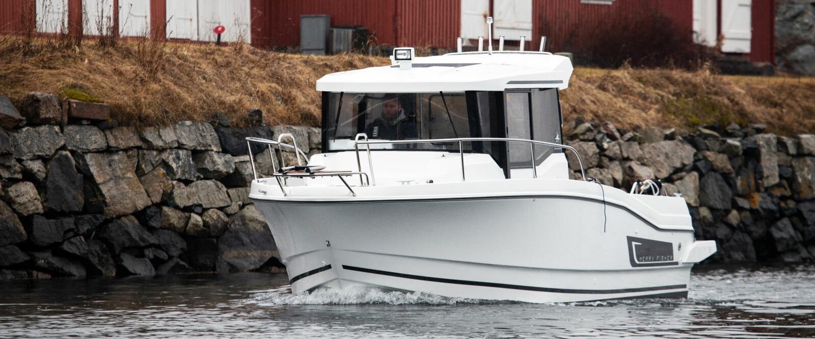 HELÅRS: Selv om det regner og er surt skal det bare en varmer på plass i styrehyttebåten for å få det komfortabelt.