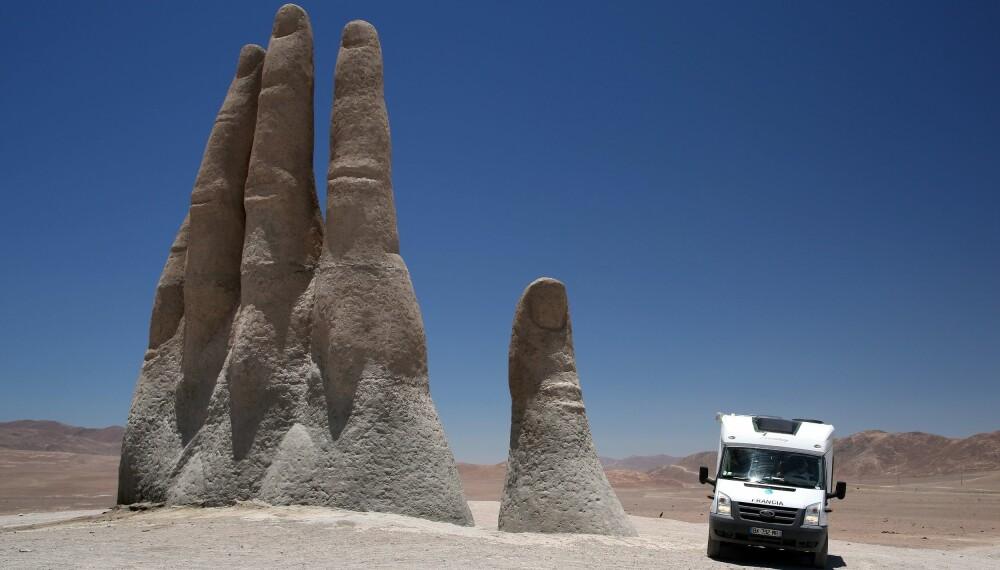 HIGH-FIVE TIL BOBILEN: Bobilferie er en skånsom ferieform sammenlignet med andre motoriserte ferieformer. Bildet er fra La Mano del Desierto i Atacamaørkenen i Chile.