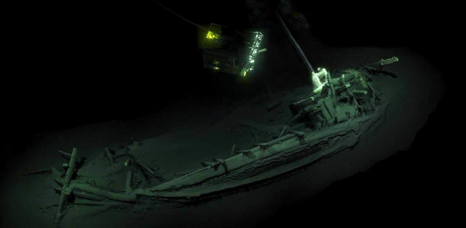 <b>UNIKT FUNN: </b>En fjernstyrt undervannsfarkost (ROV) tar bilder av det 2400 år gamle og svært godt bevarte skipet funnet på 2000 meters dyp i Svartehavet. Forskerne vet foreløpig ikke hva som skjuler seg om bord.