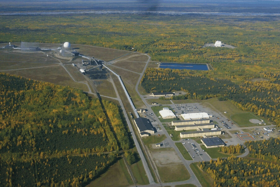 <b>BASE</b>: Det er dimensjoner over det amerikanske flyvåpenets BMEWS radarantenner ved Clear Air Force Station i Alaska. Anlegget var ett av de tre fremskutte som ble forstyrret 23. mai 1967, og heldigvis ble man tidsnok klar over at forstyrrelsene skyldtes sterk solaktivitet, ikke sovjetiske krigshandlinger.
