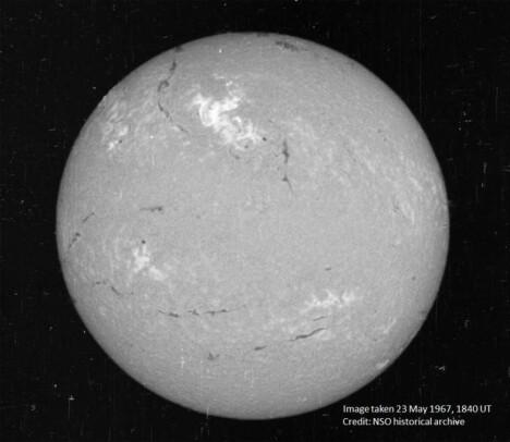<b>SOLEN: </b>Dette bildet av solskiven, tatt skjebnesvangre 23. mai 1967 i synlig lys med solfilter, viser en stor flare – det lyse partiet litt til venstre for midtlinjen på den øvre halvdelen. Vår stjerne har en diameter på omkring 109 ganger Jordens, massen ca. 330 000 ganger større. Lyset bruker 8 minutter og 19 sekunder på strekningen Solen-Jorden.