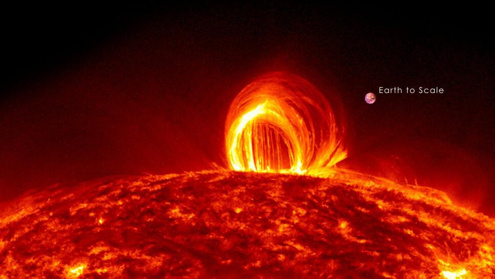 <b>FLARE:</b> En solar flare er en plutselig, hurtig og intens økning av lysstyrken i et begrenset område av Solens atmosfære. Stråling over nesten hele det elektromagnetiske spektrum farer ut i rommet langs magnetiske kraftlinjer, og kolossale energimengder er involvert. Også flare-hyppigheten følger Solens 11-årige aktivitetssyklus.