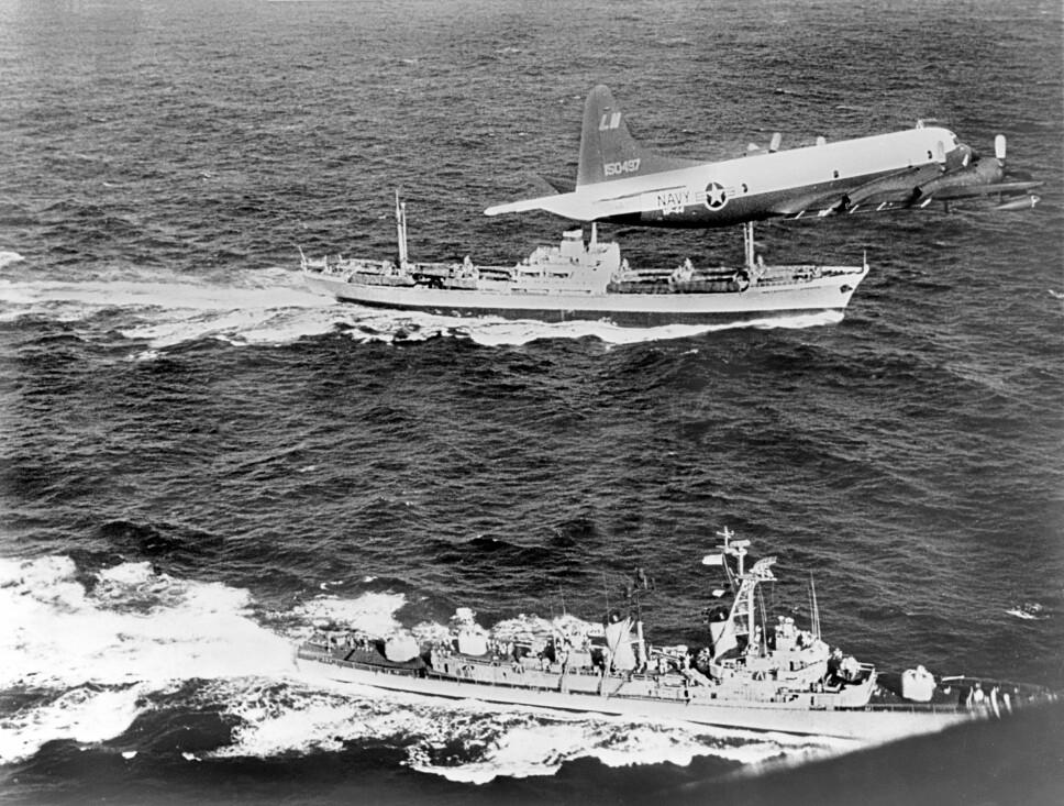<b>CUBAKRISEN</b>: Et amerikansk Neptune rekognoseringsfly og en amerikansk destroyer følger et sovjetisk lasteskip under Cubakrisen i 1962. Våpenkappløpet og den kalde krigen var på sitt mest kritiske punkt.