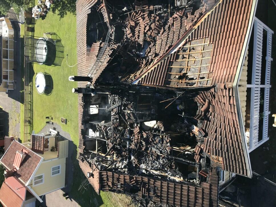 Til alt hell kom familien seg ut i tide, huset ble totalskadet. Räddningstjänsten Sunne