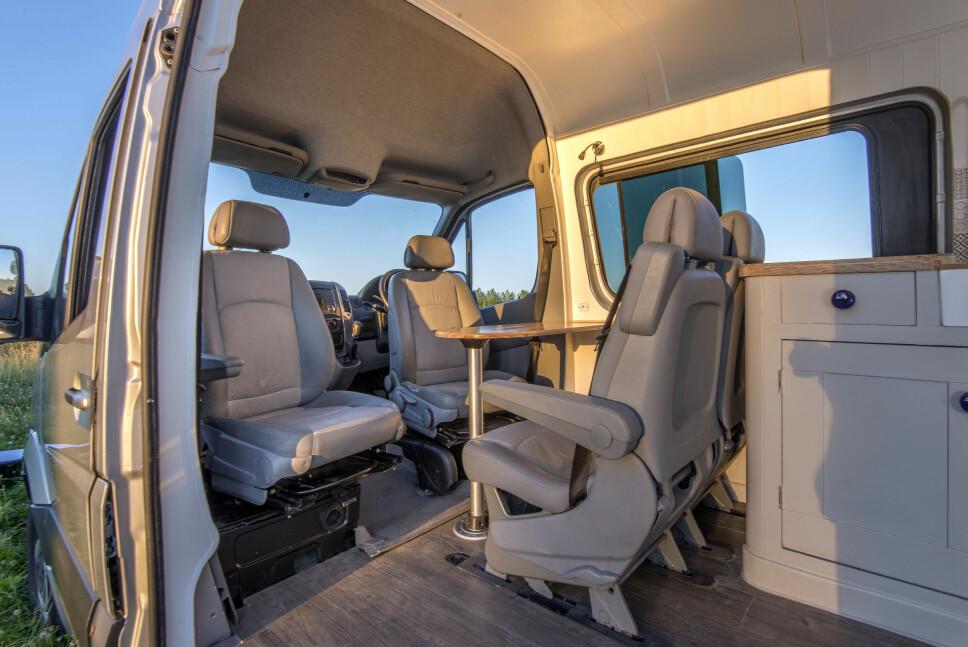 <b>SITTEGRUPPE: </b>Som i andre bybobiler kan pilotstolene snus innover, mot spisebordet.