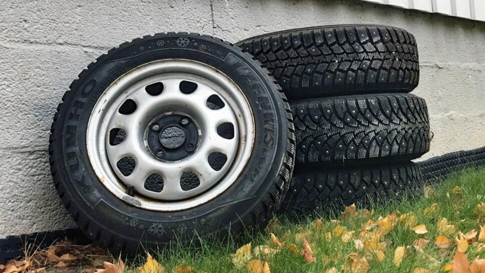 Disse vinterhjulene som har vært lagret ute i sommer, vil svekkes mye raskere enn dekk som har vært lagret riktig.