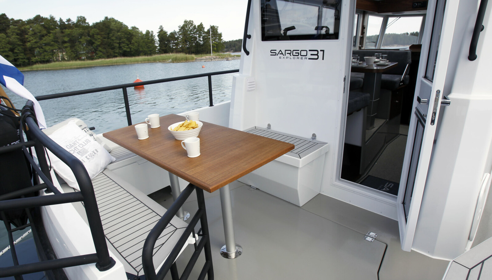 BAKDØR: Smart plassert på styrbord side er det fortsatt litt igjen av akterveggen.