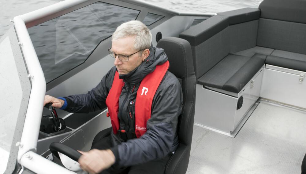 BESKYTTET: Du sitter lunt bak en kraftig vindskjerm. Særlig føreren er godt beskyttet. Litt hygge må man også ha, og passasjerene sitter greit i U-sofane akter.