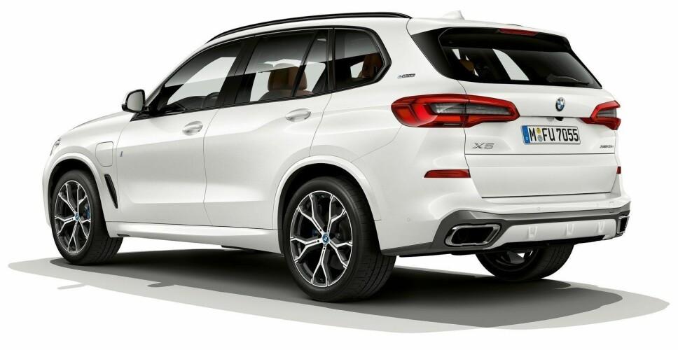 BMW X5 45e kan leveres med M-pakke. Da får den et mer sportslig design, og hardplasten rundt blant annet hjulbuene er lakkert i bilens farge.