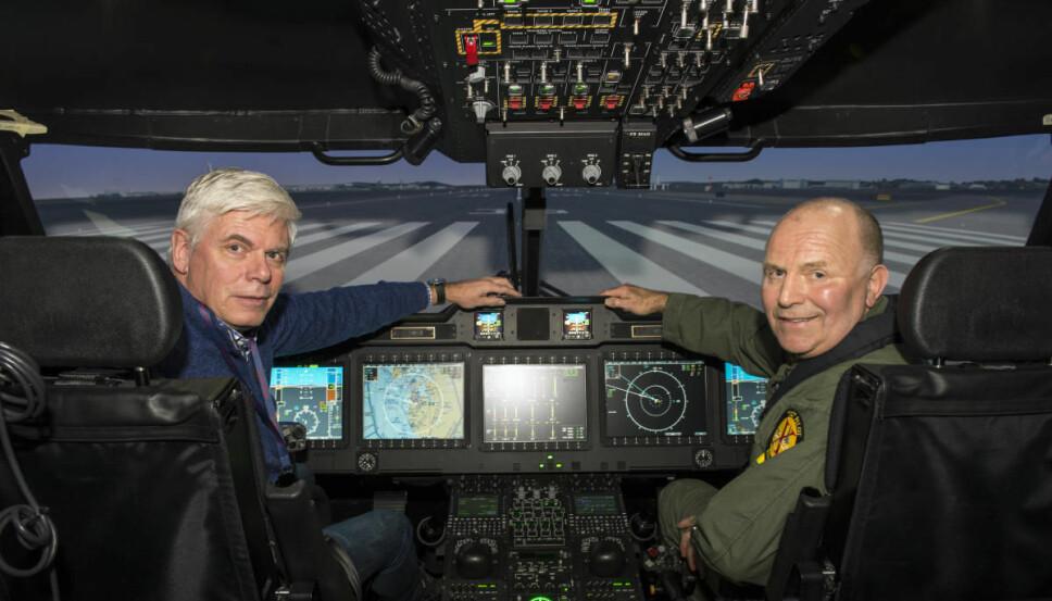 SIMULATOR: Vi Menns Håkon Bonafede og Sigmund Lockert i den avanserte simulatoren hvor Sea King pilotene får konverteringstreningen.