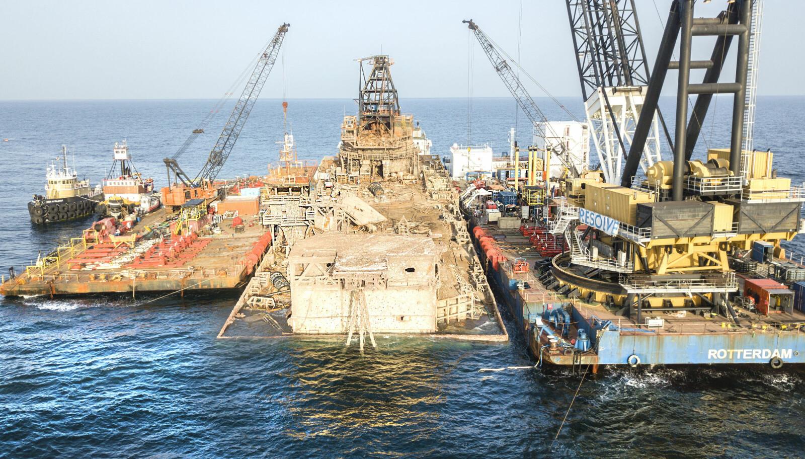 GIGANT: Den nederlandske kranlekteren Conquest (til h.) kan løfte 1400 tonn, og var også med på tidenes største redningsaksjon til sjøs, hevingen av cruiseskipet Costa Concordia.
