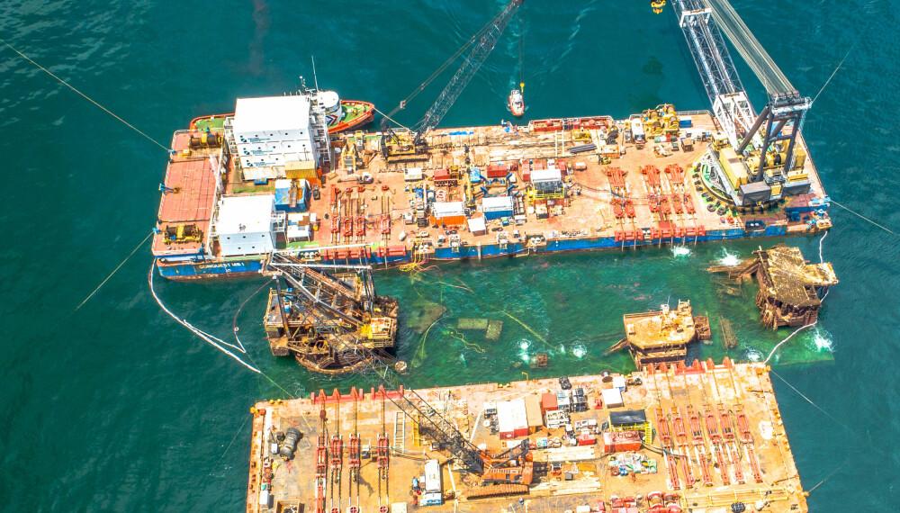 OPP FRA DYPET: Kolossen som sank ved oljefeltene utenfor Louisiana under en storm i fjor, løftes fra sin våte grav under den omfattende redningsaksjonen.