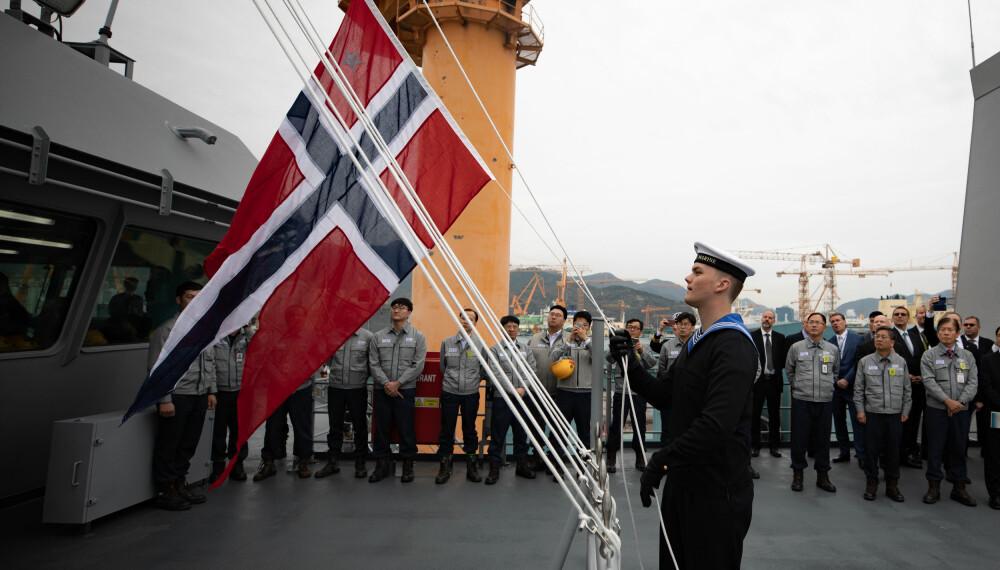 NORSK KOMMANDO: KNM Maud ble formelt overlevert 16. november. Endelig vaier det norske flagget på KNM Maud
