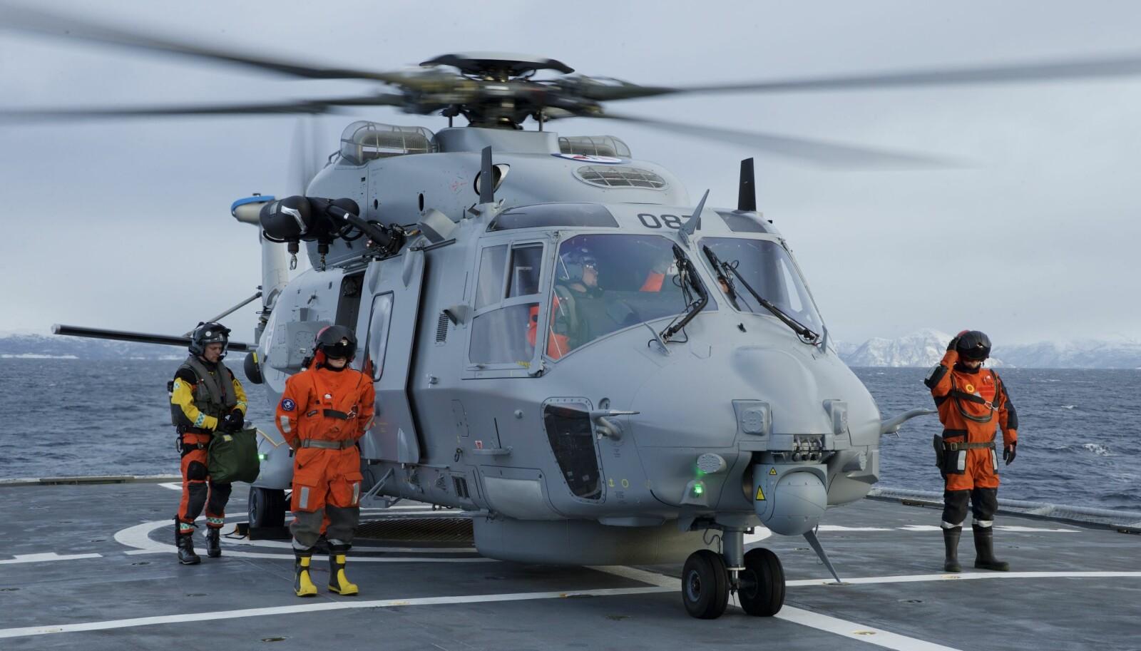 NH-90: Maud har plass til to helikoptre av typen NH-90. Bildet viser et NH-90 helikopter som lander på kystvaktfartøyet KV Senja. NH-90 er et fregatt- og kystvakthelikopter, men p.t. har det for Norges del vært et skandalehelikopter. Riksrevisjonen har kritisert anskaffelsen i kraftige ordelag på grunn av forsinkelser og kostnadsoverskridelser. Det er også satt flere spørsmålstegn ved helikopterets evne til å fylle rollen som det er tiltenkt.