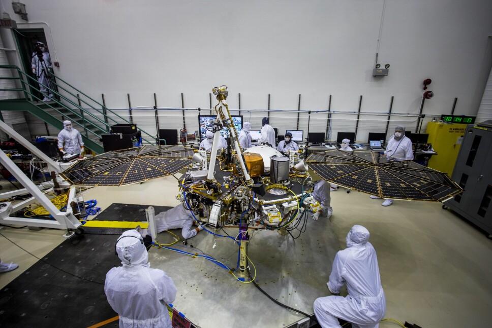 <b>DYR TEKNOLOGI: </b>Romsonden InSight har en prislapp på drøyt 7 milliarder kroner. Mandag kveld norsk tid kunne svært mye gå galt da den styrtet mot Mars' overflate. Da er det forståelig at stemningen var nervøs på kontrollrommet.