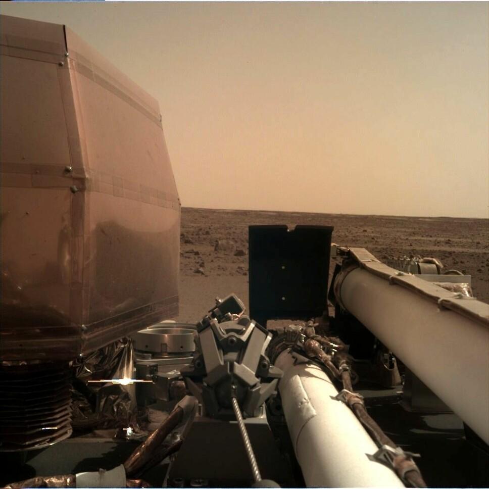 <b>FØRSTE BILDE FRA MARS</b>: Etter at støvet hadde lagt seg etter landingen på Mars, sendte romsonden InSight hjem dette bildet fra den røde planeten.