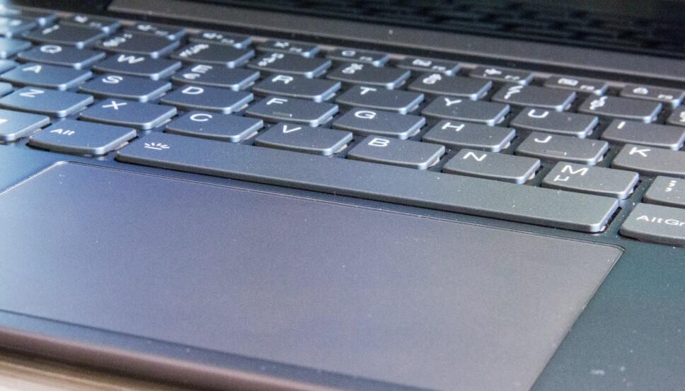 <b>KOMFORTABEL:</b> Tastaturet har fått et øy-layout og har taster med kort vandring, men som er presise å skrive på.
