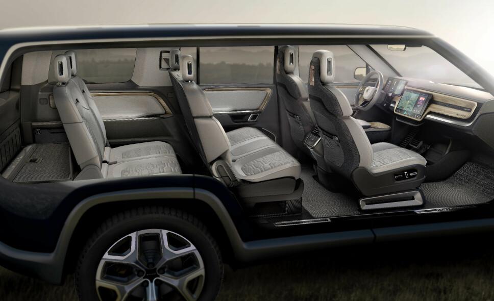 <b>NOK PLASS:</b> Elbilen R1S kan leveres som 7-seter. Både 2. og 3. seterad kan legges ned og det er et lasterom på 330 liter foran på elbilen.