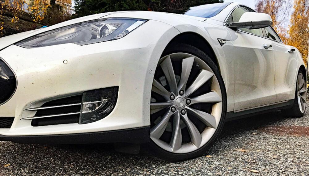 Tesla er et av de yngste bilmerkene i det norske markedet. Men til tross for begrenset antall biler, markerer de seg sterkt i en ny undersøkelse rundt hvilke bilmerker som har de mest aggressive sjåførene. Dette er Model S som var selve gjennombrudds-modellen for Tesla i Norge.