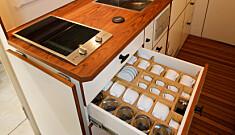 GODT SIKRET: Kjøkken med induksjonsplate finnes både i trekkvogn og henger. Kopper og fat ligger trygt.