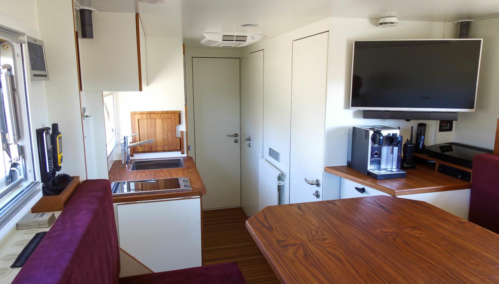 LUKSUS: Bobilen har håndlagede møbler og alt hva et moderne kjøkken skal ha.