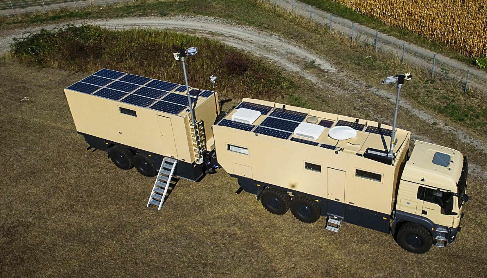UTNYTTET TAKPLASS: På taket finnes et stort antall solcellepanel, parabolantenne og klimaanlegg for bobilen.