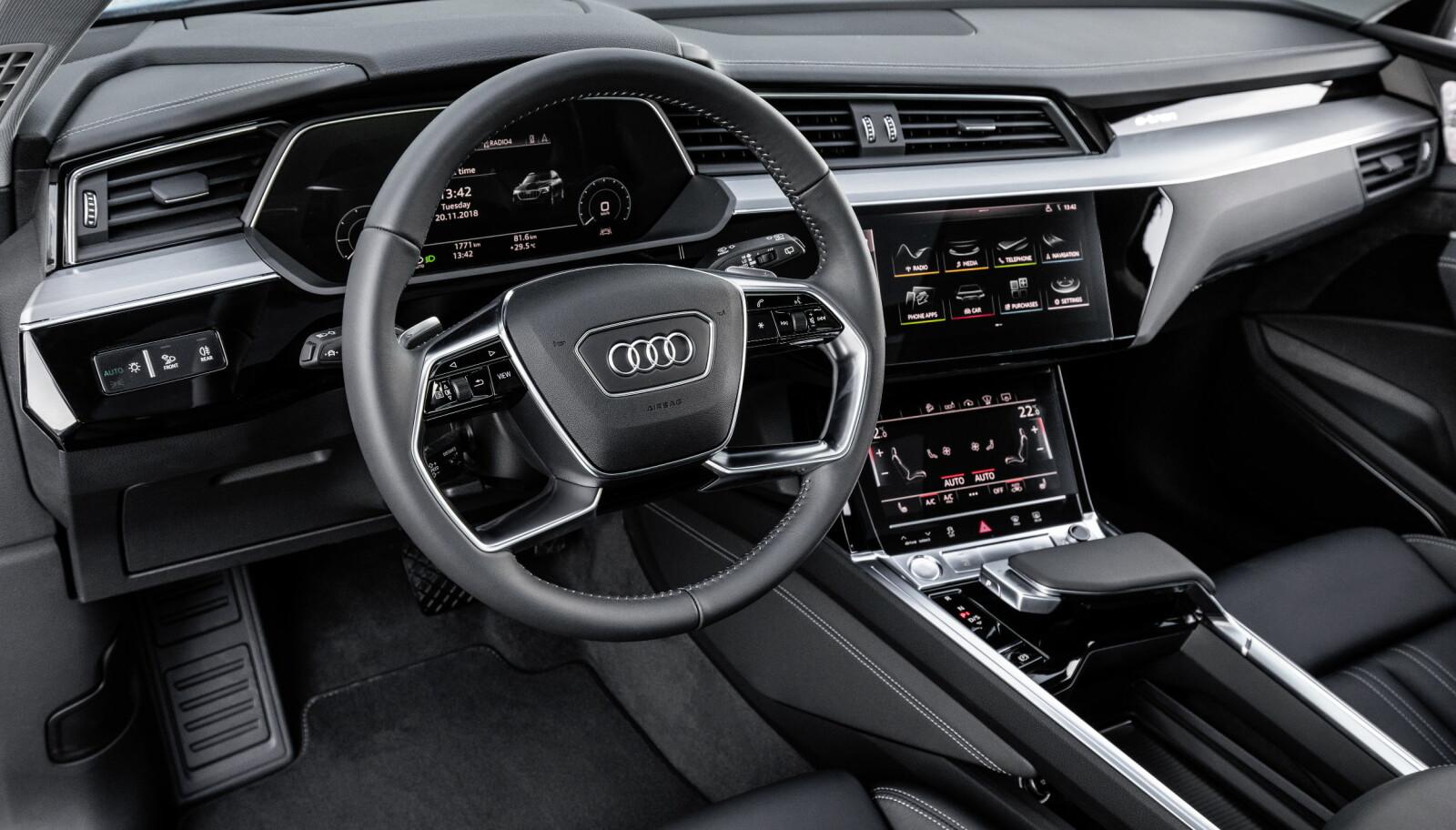 BERØRT: Cockpiten i Audi e-tron minner om den i A8 og Q8. Knapper er erstattet av berøringsskjermer.