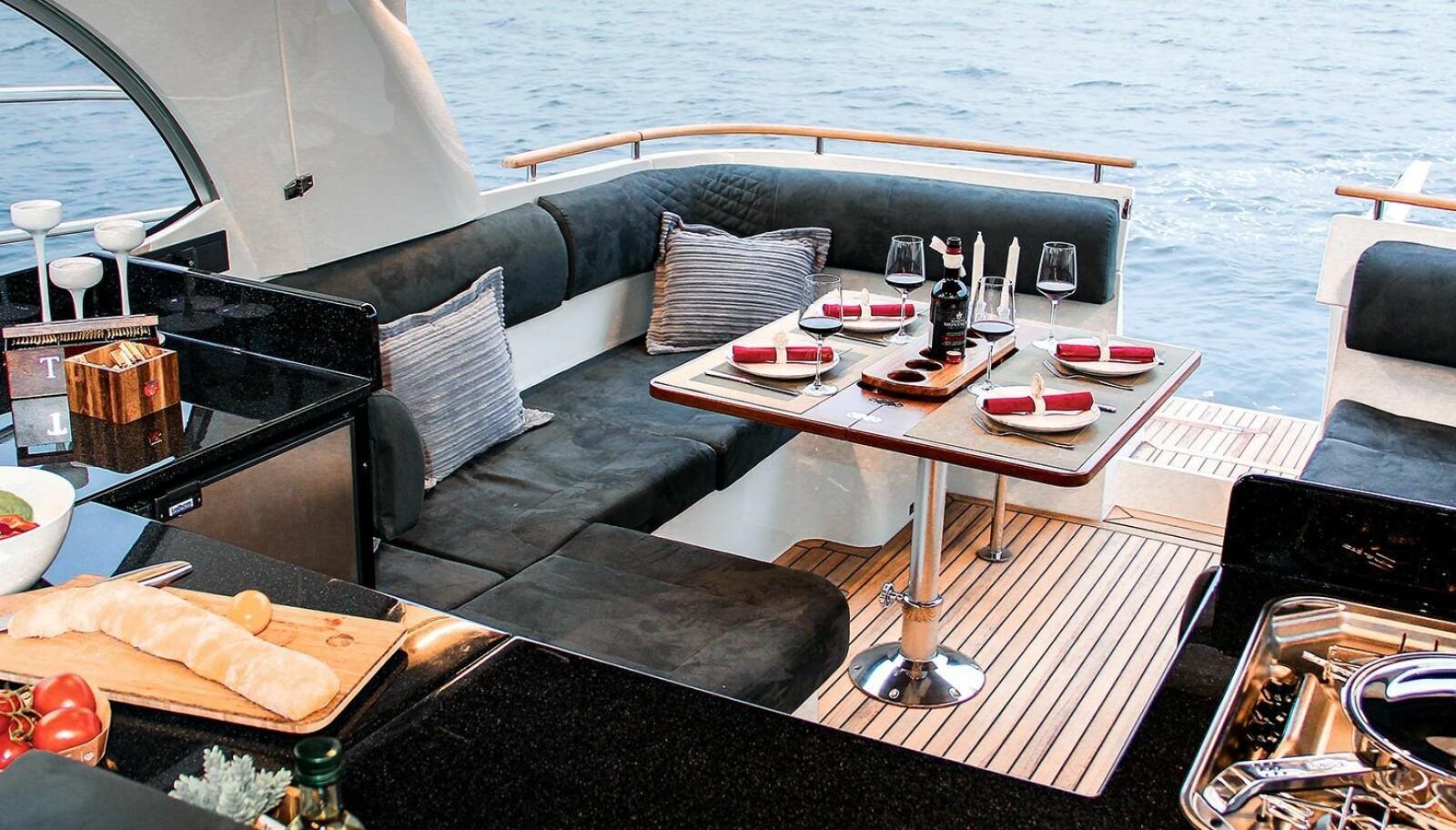 SMART: En stor U-sofa og bysse med utklappbar benk når det skal kokkeleres.