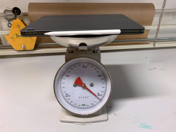 <b>VEIER IKKE STORT:</b> Selve nettbrettet med 12,9 tommers skjerm veier 633 gram. Sammen med tastatur/deksel og penn runder vekten akkurat 1 kg.