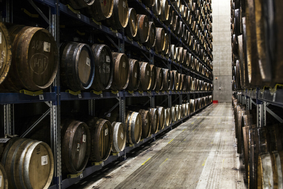 <b>MANGE FAT:</b> Over 8000 fat med akevitt ligger på lagring hos Arcus på Gjelleråsen utenfor Oslo. Det er bøkkernes ansvar å vedlikeholde dem.