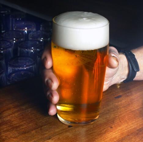 Det er ikke bare hvor mye du drikker som avgjør promillen. Hva du drikker har naturligvis også mye å si. Spritholdige drikker inneholder mye mer alkohol enn for eksempel øl. Foto: Scanpix