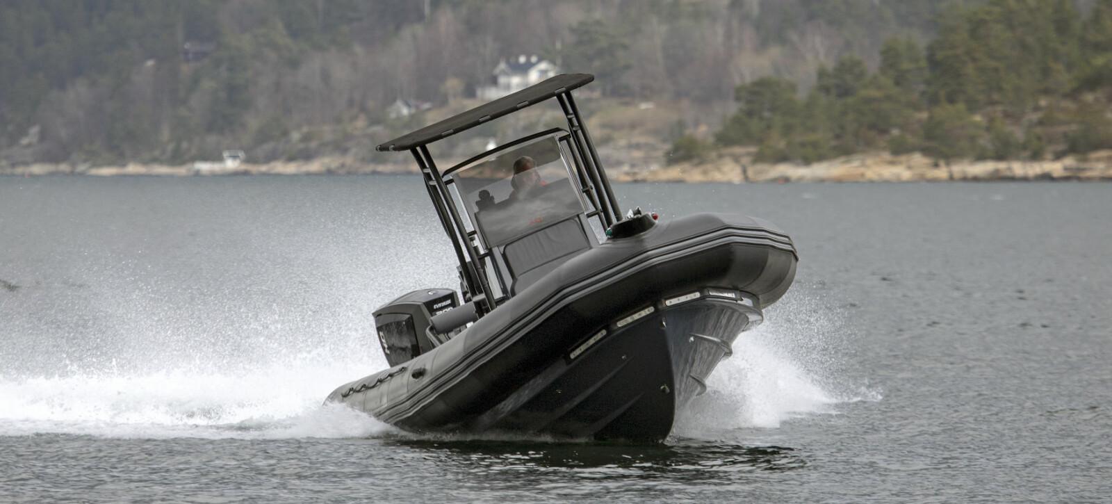 SÆREGENT: V-bunnsskrog og pongtonger gir en dempet gange i sjøen.