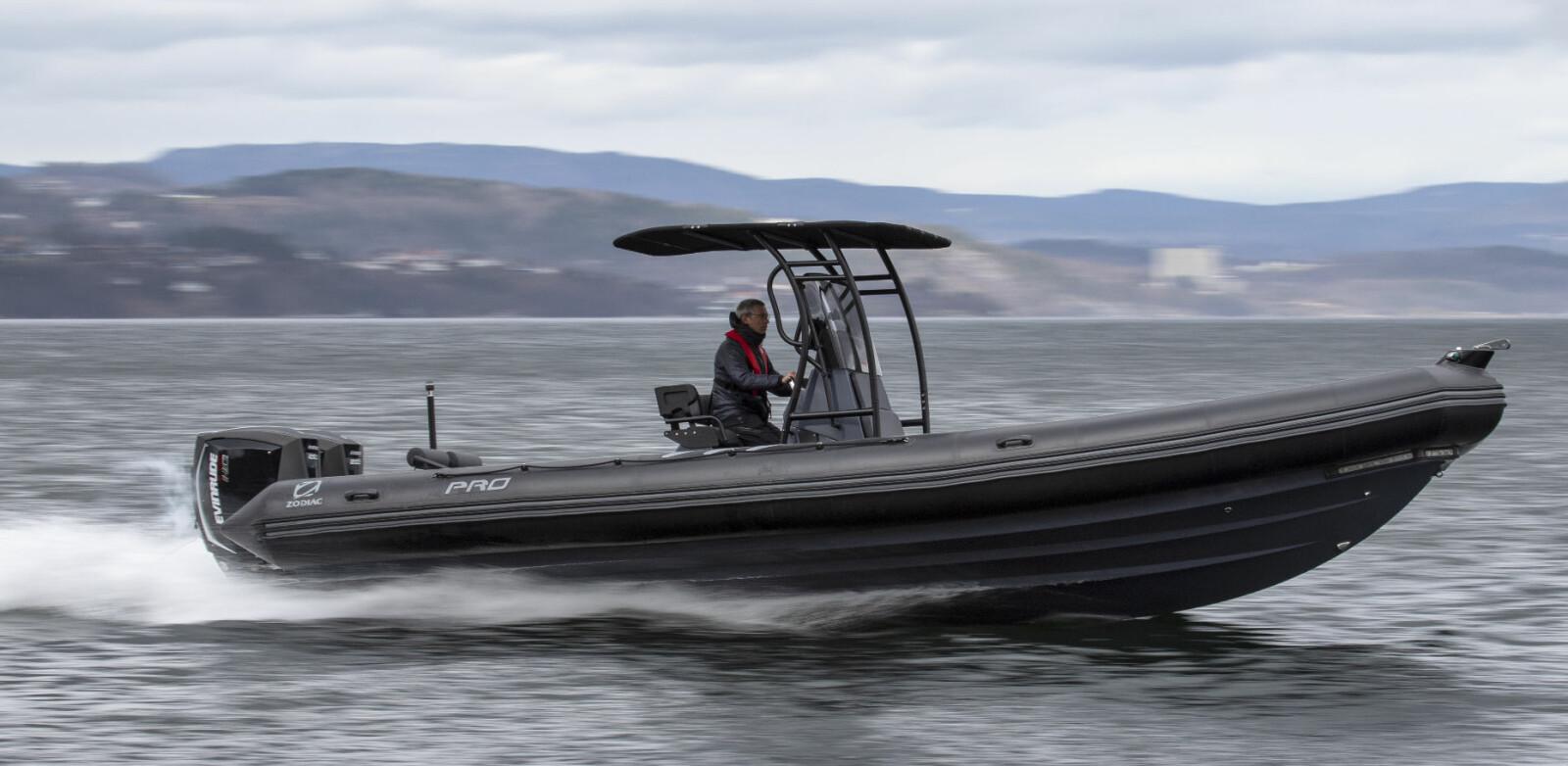 FINT: Pro 850 løfter seg flatt opp av sjøen, helt uten seig planingsterskel.
