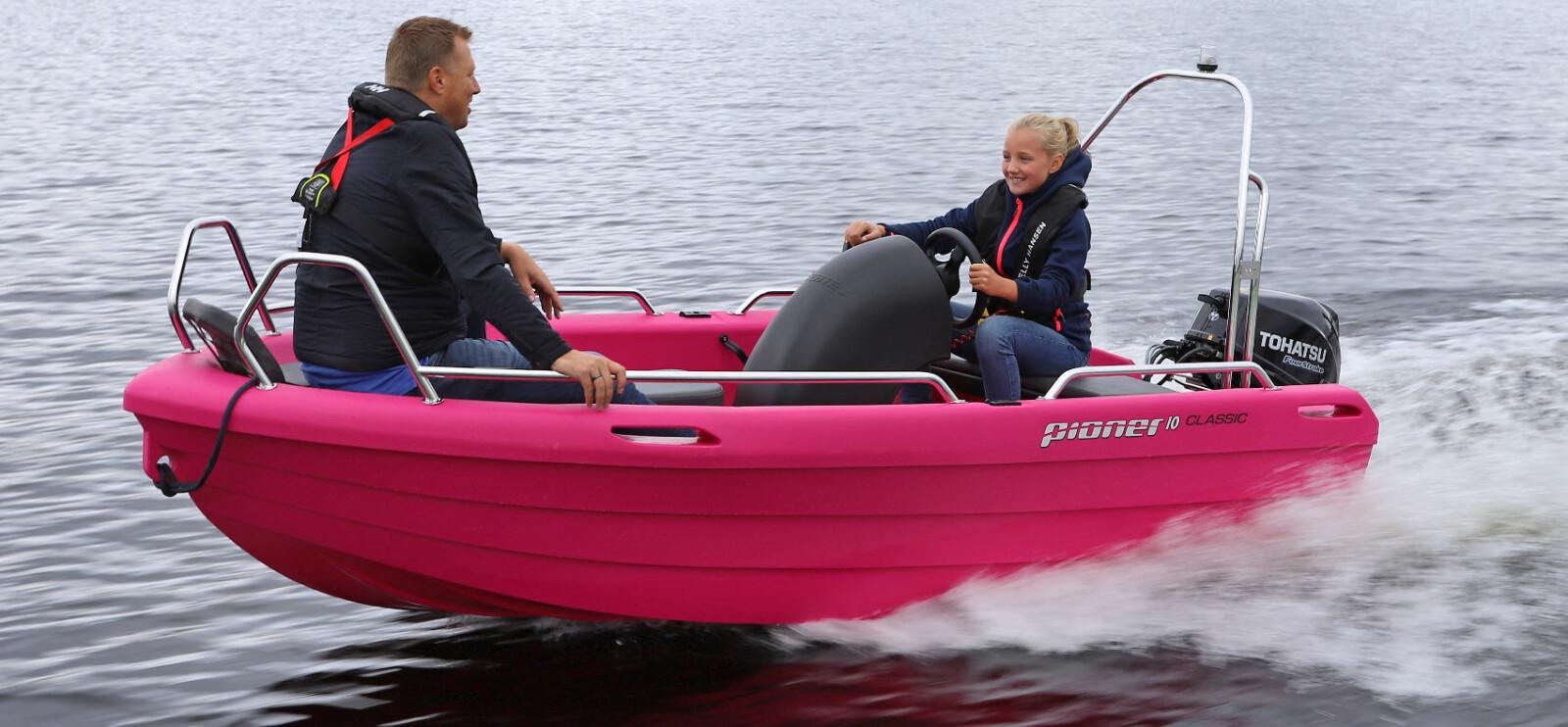 KJØREGLEDE: Med full utstyrspakke, lekker rosafarge og morsomme jolleegenskaper kommer det fort et smil om munnen om bord i Pioner 10 Classic.
