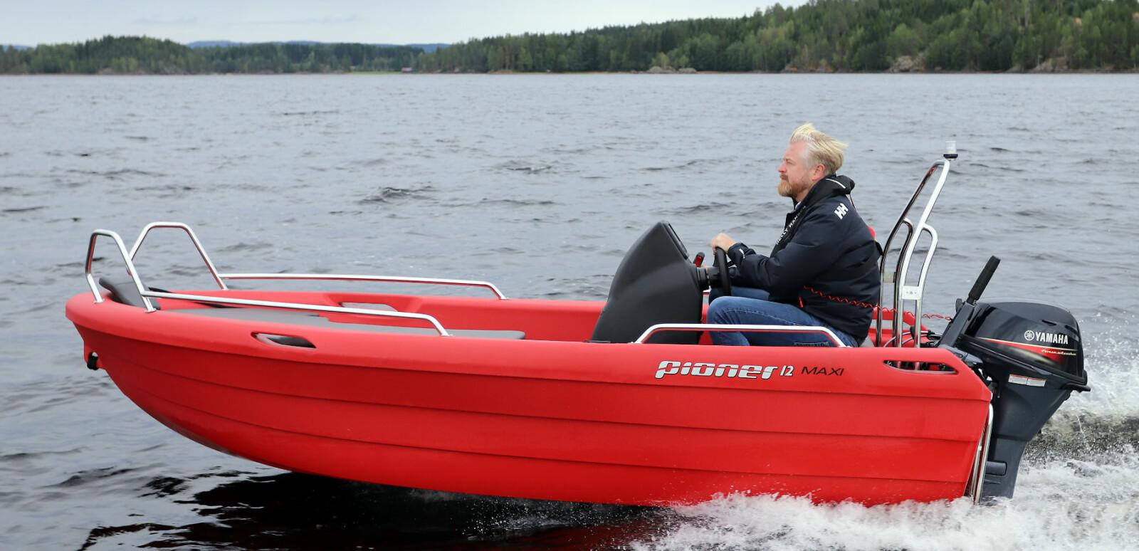 STØDIG: Pioner 12 Maxi er en lettkjørt og trygg småbåt. Konsollen har til og med plass til en liten kartplotter.