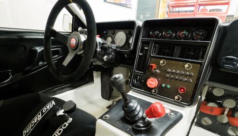KOMPLISERT: Bak rattet i en RS200 er det instrumenter, spaker og brytere nok til å gjøre en jagerpilot lykkelig.