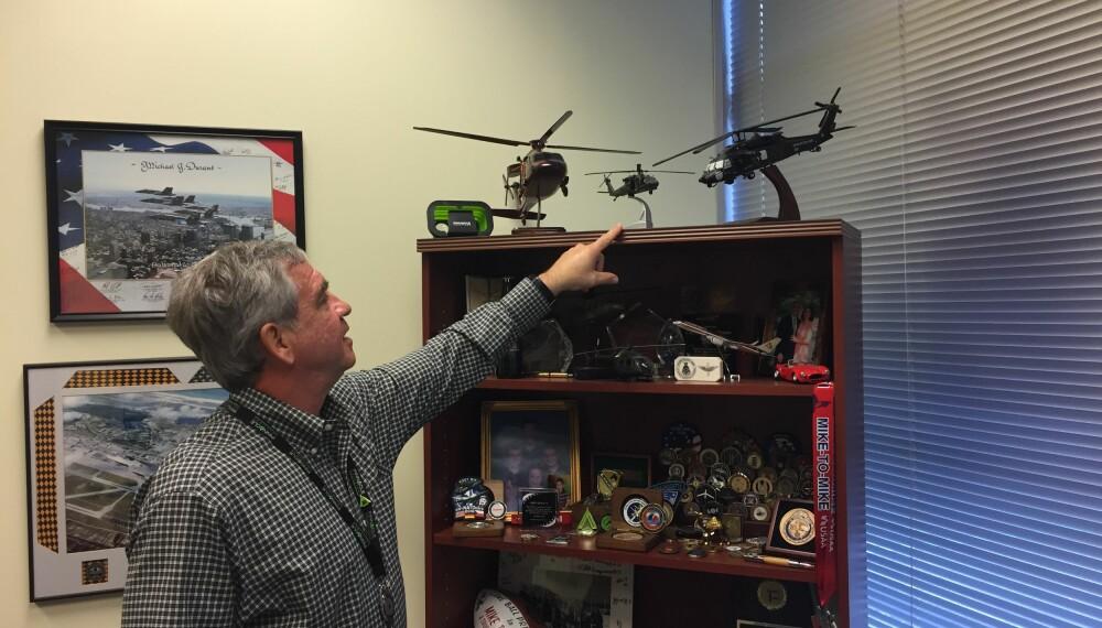 <b>UTMERKELSER</b>: Sentralt på hylla på kontoret til Durant står en liten modell av Black Hawk Super Six-Four