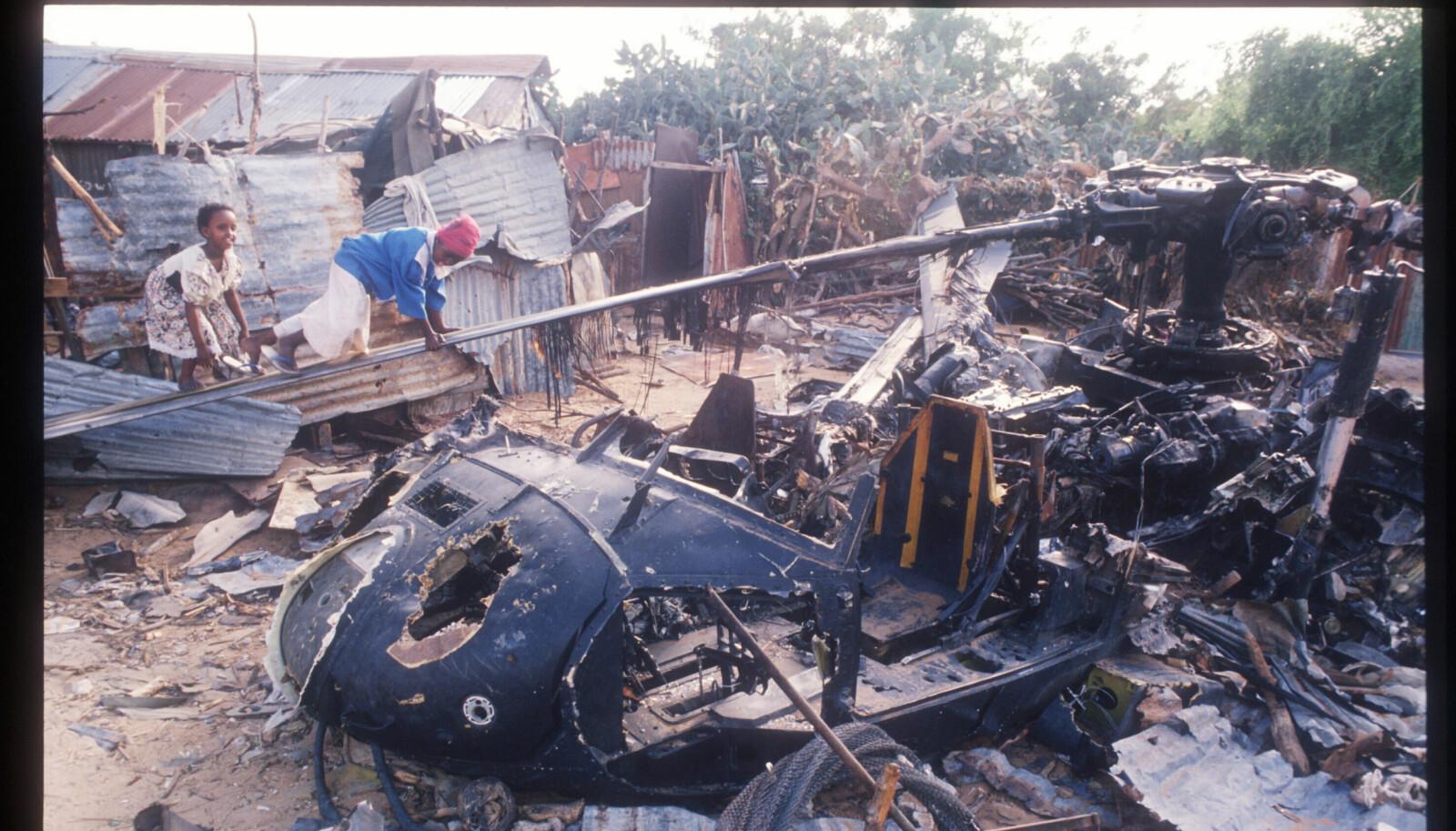 <b>SKUTT NED:</b> Vraket av et Black Hawk-helikopter i Mogadishu ble ansett som et trofé.