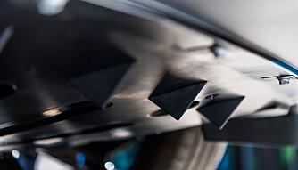 """AERODYNAMIKK: Trekantede """"tenner"""" under frontleppa på bilen skal jevne ut luftstrømmen og gi bedre aerodynamikk."""