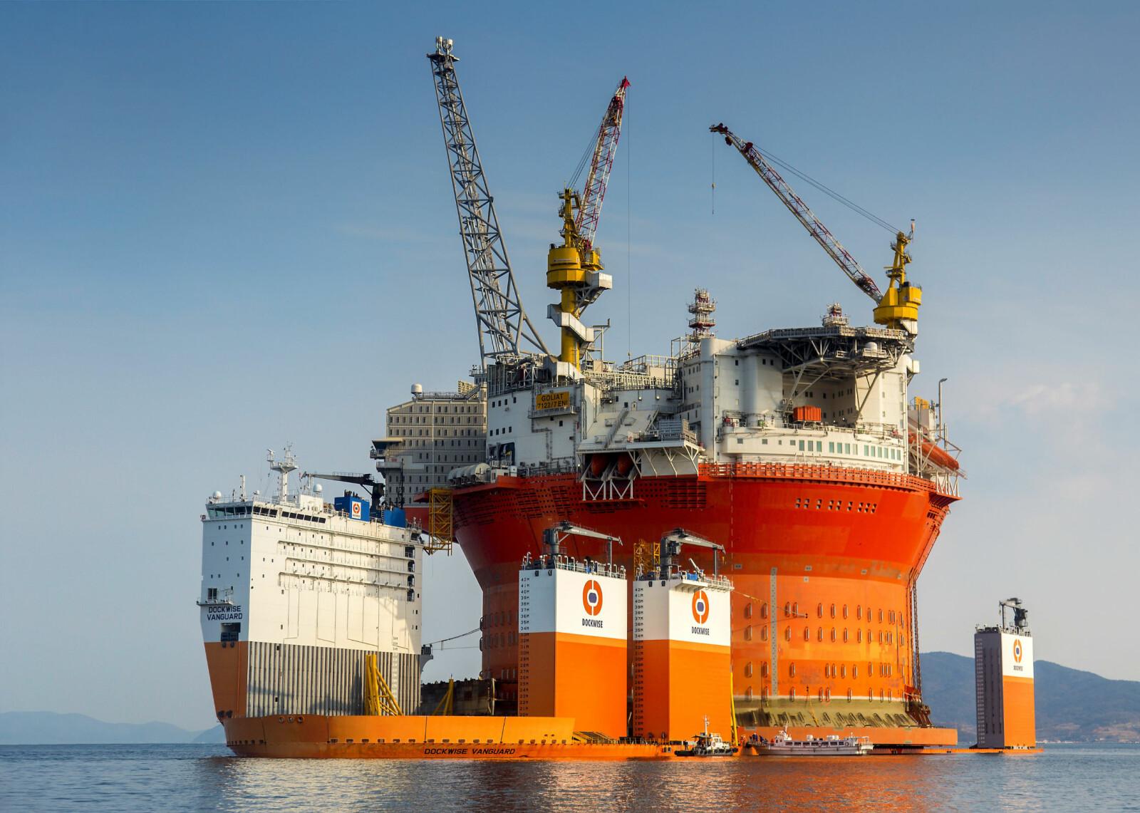 TUNGVEKT: Mitt skip er lastet med verdens største flytende, runde oljeplattform.