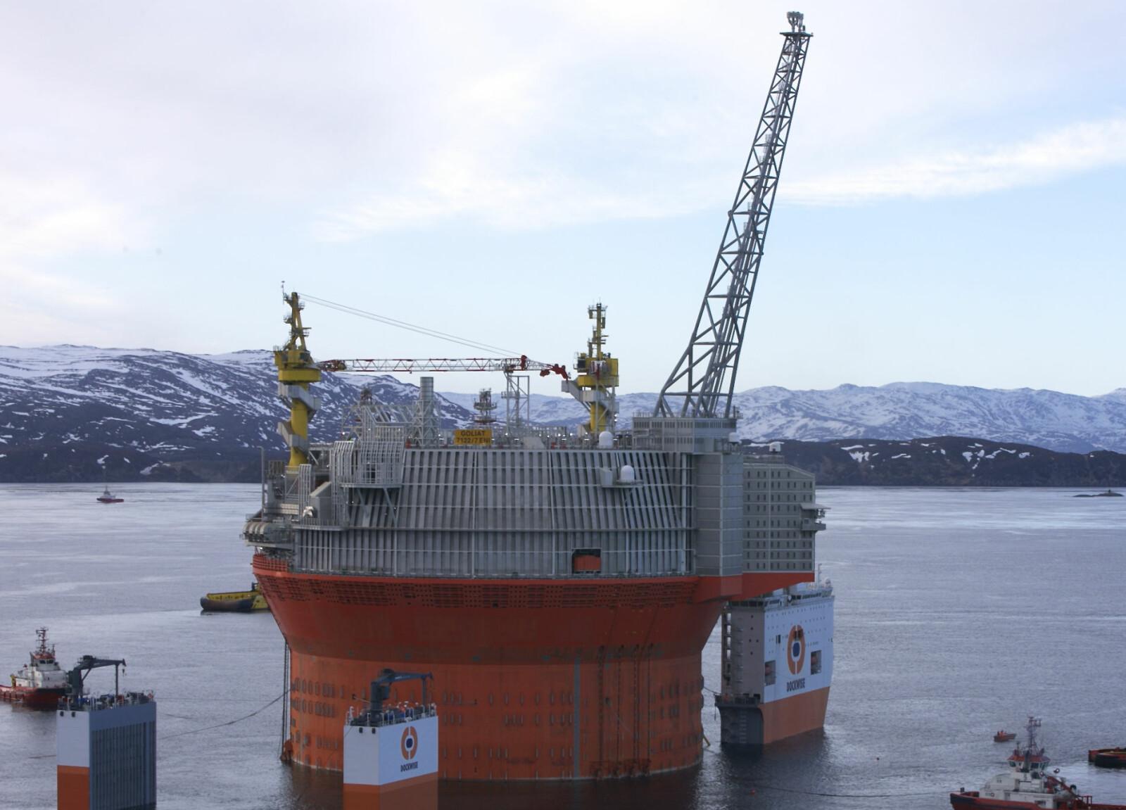 <b>SLEPES AV:</b> Her slepes Goliat FPSO av BOKA Vanguard (da Dockwise Vanguard) utenfor Hammerfest. Plattformen opereres av Eni Norge.