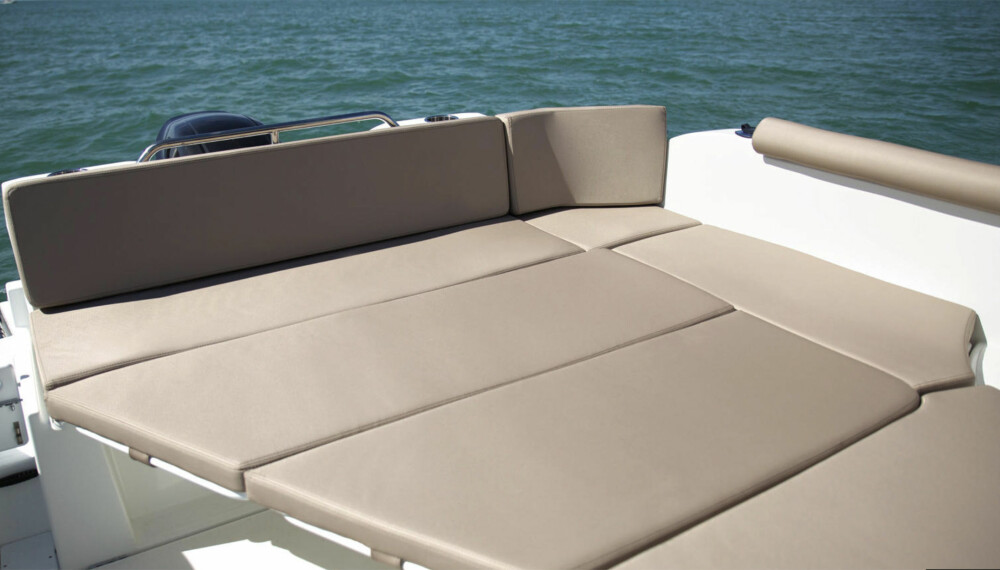 <b>SOLSENG: </b>Med nedfelt bord og ekstra puter kan du nyte solstrålene til fulle.
