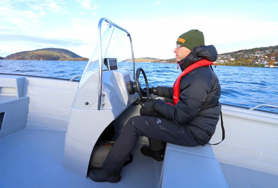 RETT PLASS: Styrekonsollen kan plasseres flere steder i båten. Vi ville hatt den akkurat her.