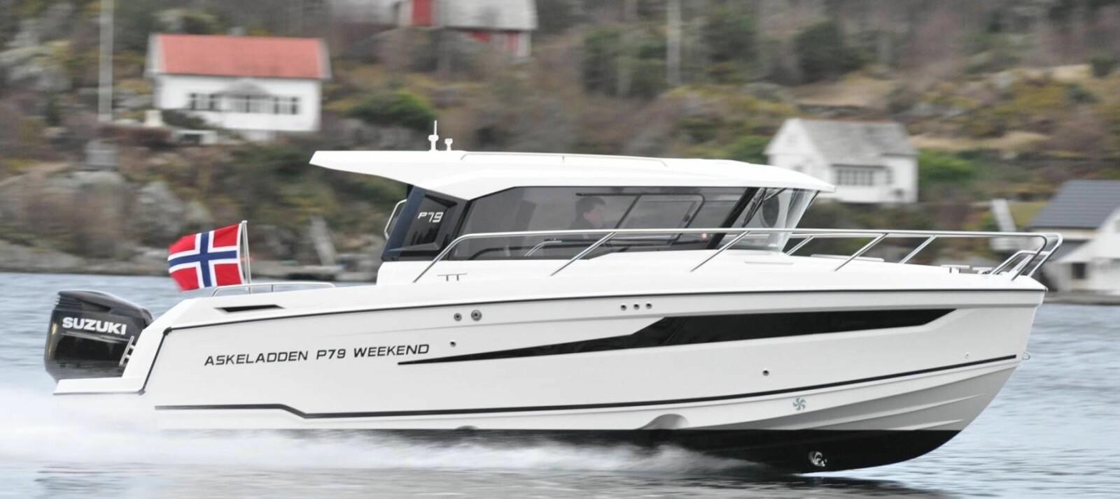 <b>TESTET</b>: Askeladden tester nå P79 Weekend. Båten har et skrog med 2-Stepp og en integrert motorbrakett som gir skroget helt unike ytelser for denne klassen styrhusbåter, ifølge Askeladden. Under en av testene med en Suzuki DF250 APX greide P79 Weekend en toppfart på 41 knop med bunnstoff.