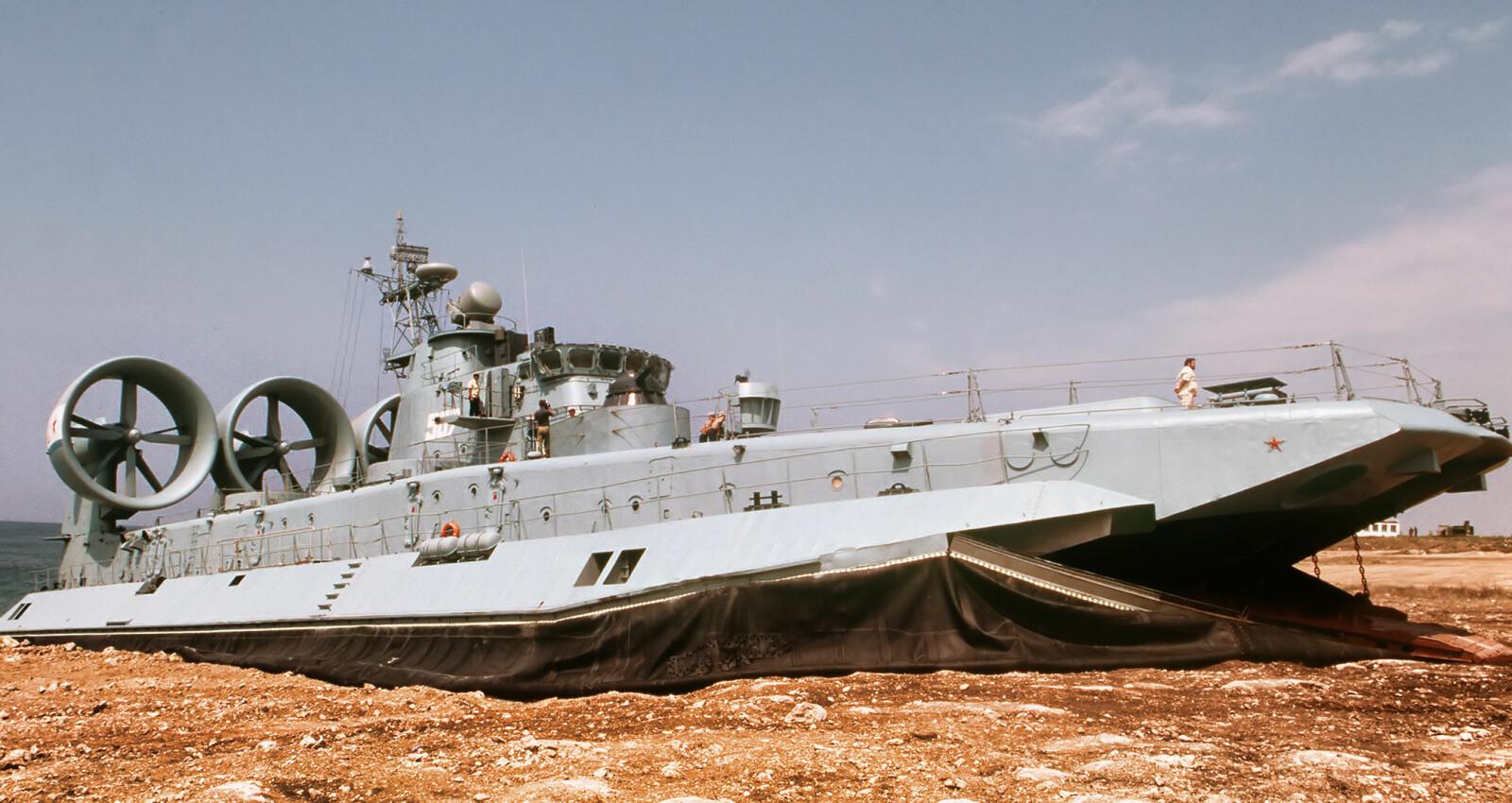 <b>PÅ LAND &amp; VANN:</b> Verdens største luftputebåt kan «sveve» et godt stykke opp på stranden før den setter av soldater og militært utstyr som tanks. Den kan ta tre tanks av gangen.